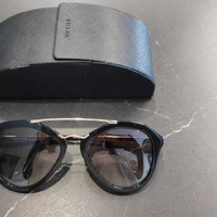 Prada women sunglasses excellent condition