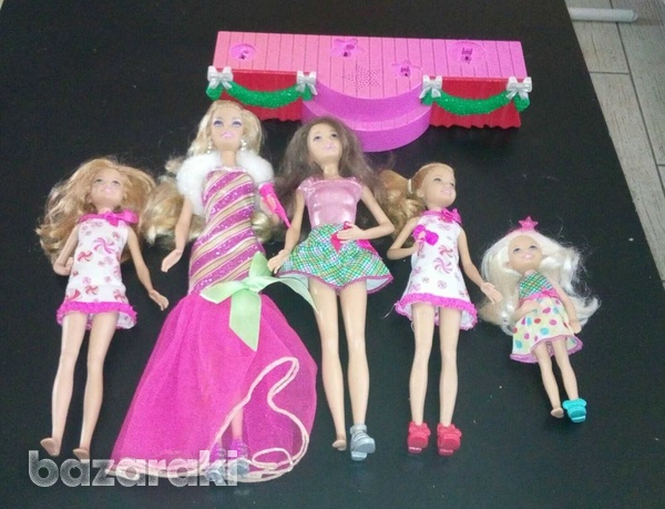 Barbie a perfect christmas stage with 5 dolls.-1