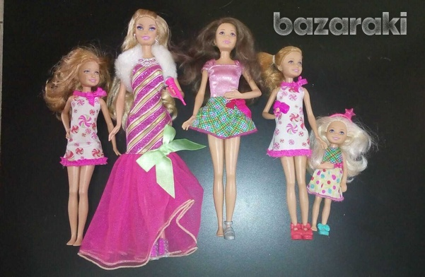Barbie a perfect christmas stage with 5 dolls.-2