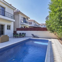 3-bedroom house with pool by the sea