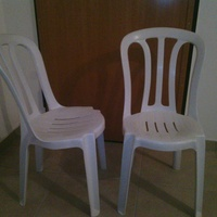 2 plastic garden chairs