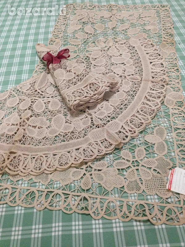Rectangle venice table runner 84x 43 and 2 round venice 70cm each