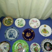 10 collectable small plates.